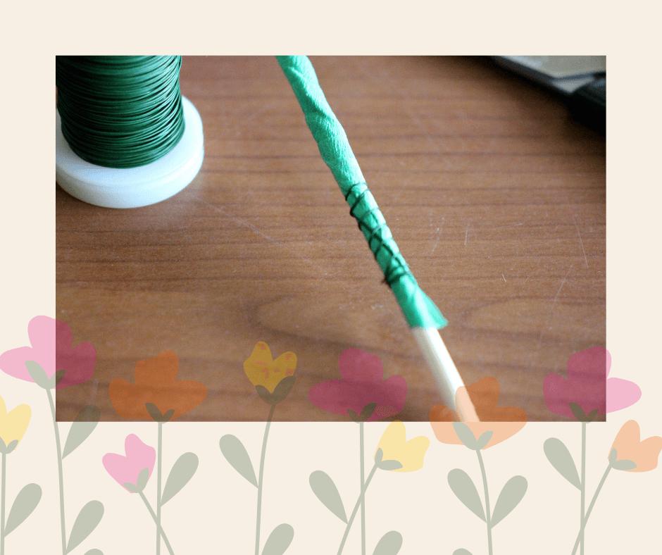 stevig vastmaken van steel bloemen van papier